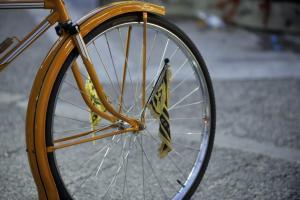 """Θεσσαλονίκη: Ο ποδηλάτης τους """"κούφανε"""" – Το απίστευτο παρκάρισμα που σαρώνει τα social media [pics]"""