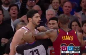 """NBA: Ο Λεμπρόν """"αρπάχτηκε"""" με τον Καντέρ! [vid]"""
