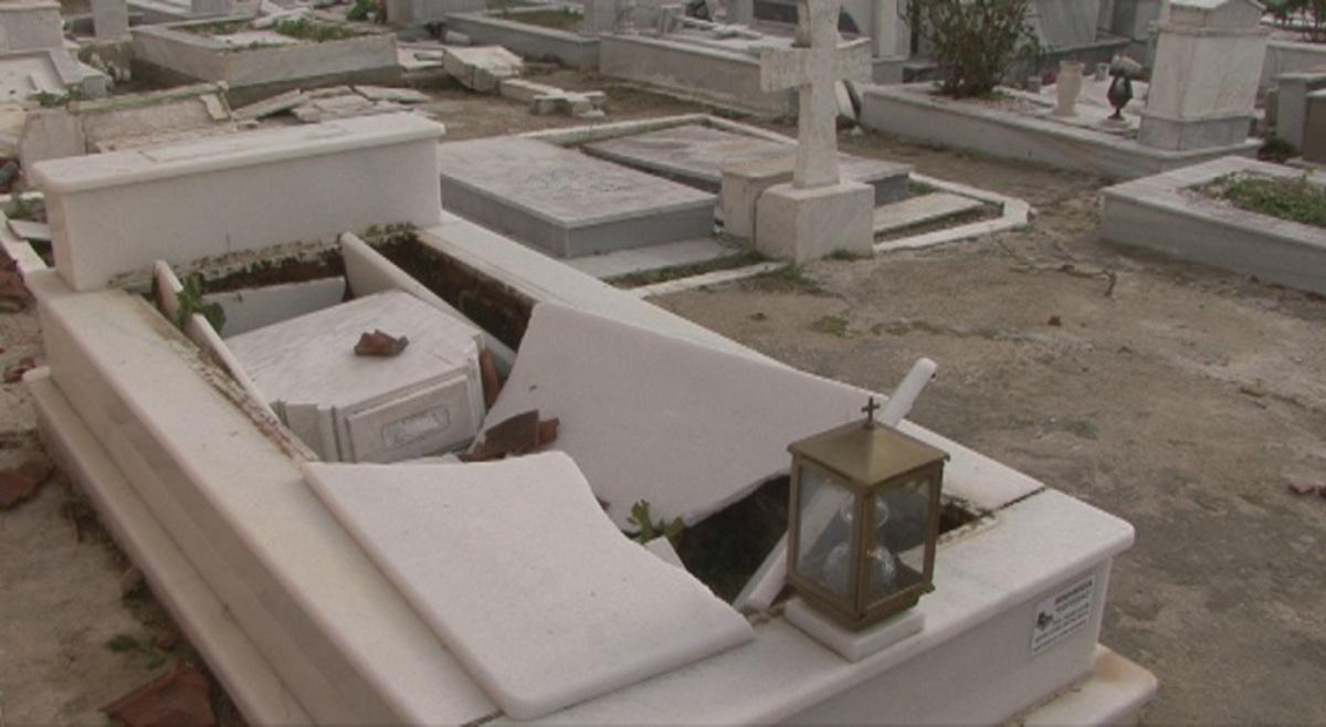 Κέρκυρα: Εικόνες σοκ στη Λευκίμμη – Ο ανεμοστρόβιλος «άνοιξε» τους τάφους! [pics]