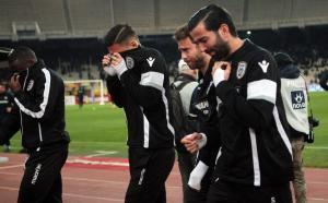 ΑΕΚ – ΠΑΟΚ: Αποπνικτική η ατμόσφαιρα στο ΟΑΚΑ από τα δακρυγόνα – Δεν μπορούν να αναπνεύσουν οι παίκτες [pics]