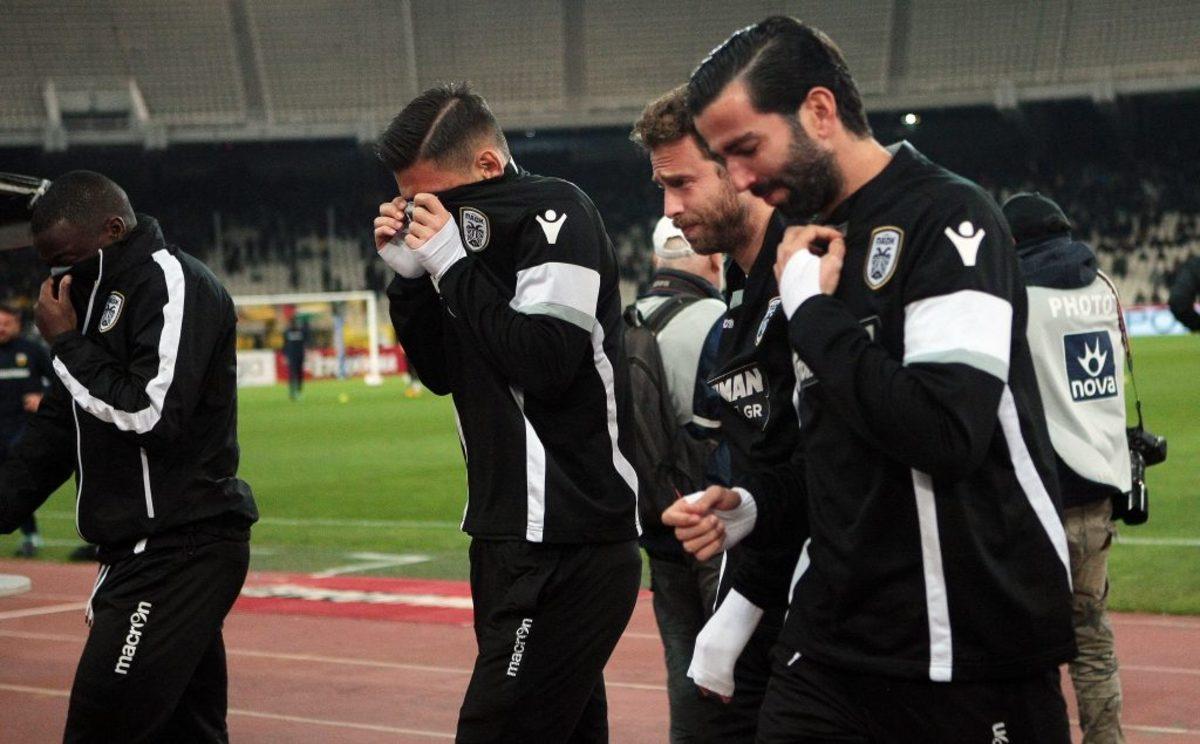 """Αποπνικτική η ατμόσφαιρα στο ΟΑΚΑ από τα δακρυγόνα - Δεν μπορούν να αναπνεύσουν οι παίκτες που σταμάτησαν """"άρον άρον"""" το ζέσταμα [pics]"""