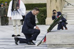Γονάτισε στον Άγνωστο Στρατιώτη ο Πρόεδρος της Πολωνίας [pics]