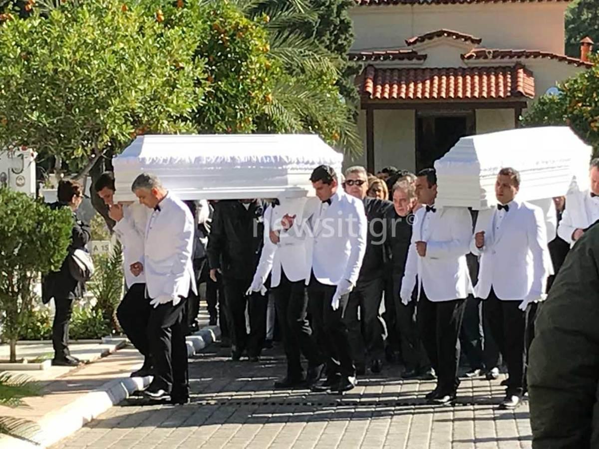 Ράγισαν οι πέτρες στην κηδεία των δίδυμων αγοριών στη Νέα Σμύρνη – Ακόμα και ο ιερέας δεν μπορούσε να συγκρατήσει τα δάκρυά του