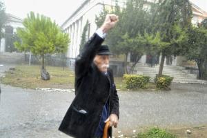 Μανώλης Γλέζος: Υπό καταρρακτώδη βροχή στο Πολυτεχνείο [pics]