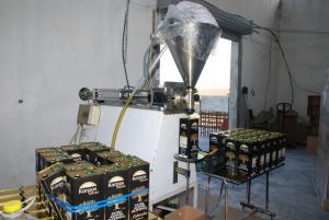 Πούλαγαν χρωματισμένο ηλιέλαιο σαν ελαιόλαδο! Εικόνες από το εργαστήριο στη Λάρισα [pics]