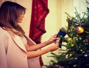 Η Μελάνια Τραμπ στολίζει το χριστουγεννιάτικο δέντρο… υπέρλαμπρη! [pics]