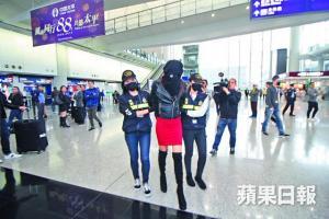 """""""Μην με εγκαταλείψετε εδώ""""! Η 19χρονη που κρατείται στο Χονγκ Κονγκ είδε τους γονείς της"""