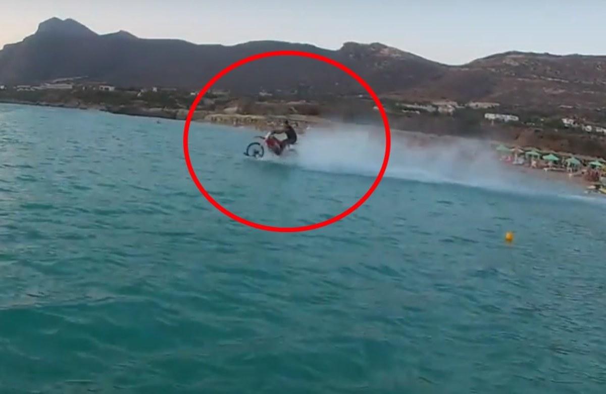 """Απίστευτο! Κρητικός """"σερφάρει"""" με τη μηχανή του στη θάλασσα! [vid]"""