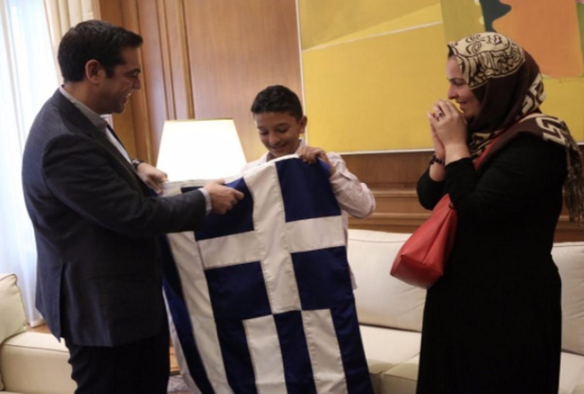 Ο Αμίρ κράτησε την ελληνική σημαία! Η συγκινητική συνάντηση με τον Τσίπρα στο Μαξίμου