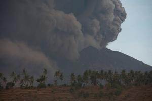 Φόβοι για ηφαιστειακή έκρηξη στο Μπαλί – Τρομοκρατεί το ηφαίστειο Αγκούνγκ [pics, vids]