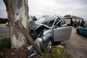 """Χανιά: Αυτοκίνητο """"καρφώθηκε"""" σε ελιά – Ο οδηγός απέφυγε τα χειρότερα στο σημείο!"""