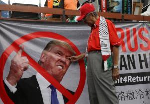 """Παλαιστίνιος πρόεδρος: """"Πρέπει να είναι κάποιος τρελός για να βάλει τις ΗΠΑ διαμεσολαβητή"""""""