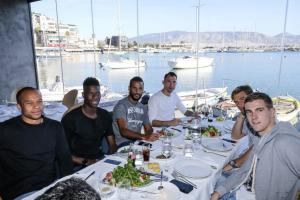 Ολυμπιακός: Λεμονής και παίκτες γευμάτισαν στο Μικρολίμανο [pics]