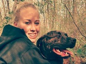 Την έφαγαν ζωντανή τα σκυλιά της – Τα βρήκαν να τρώνε τα πλευρά της