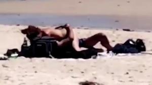 Ασυγκράτητοι! Έκαναν έρωτα σε κοινή θέα στην παραλία [vid]