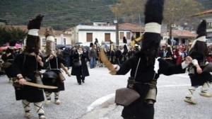 Χριστούγεννα 2017: Τι γυρεύουν οι Μωμόγεροι στην Κοζάνη και τι είναι το έθιμο της πατερίτσας