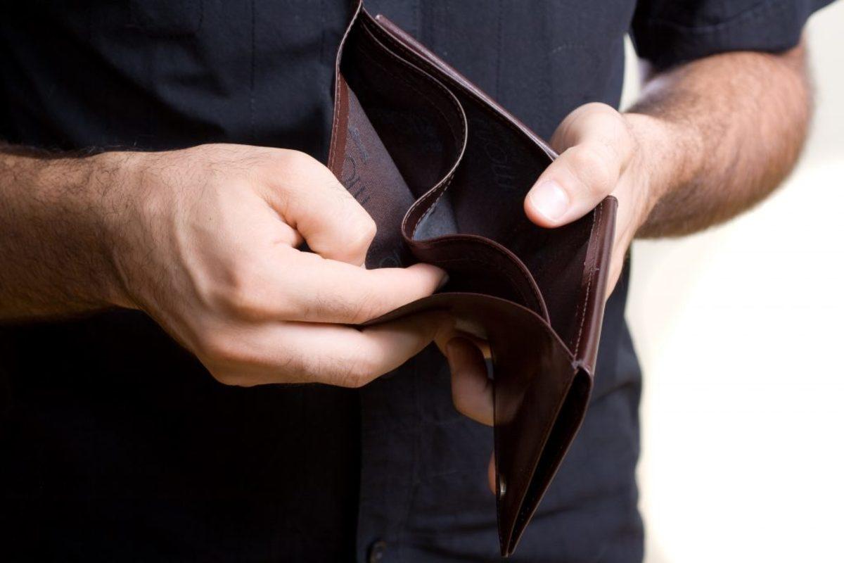 «Τους πηγαίνουν συνοδεία στο ATM και τους παίρνουν πίσω το δώρο»
