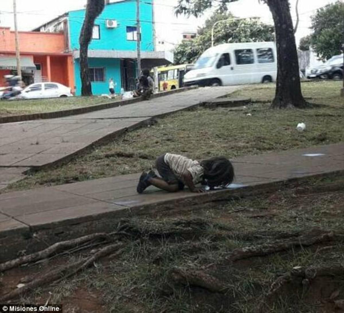 Το κοριτσάκι που πίνει νερό από το έδαφος! Εικόνα που σοκάρει