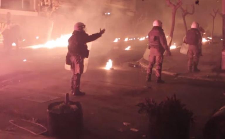 """Γρηγορόπουλος: Τα άγρια επεισόδια στα Εξάρχεια από τα """"μάτια"""" των αντιεξουσιαστών! Σοκαριστικό βίντεο"""