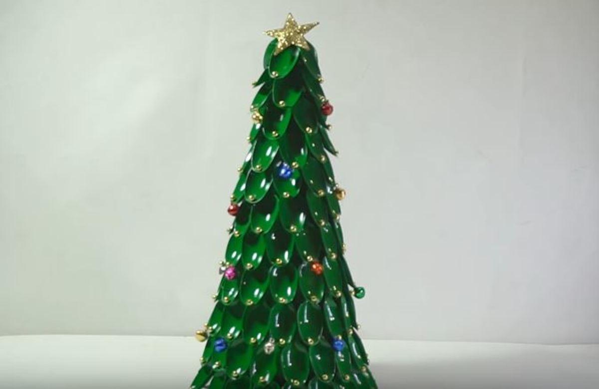 Πώς θα φτιάξετε Χριστουγεννιάτικο δέντρο από πλαστικά κουτάλια