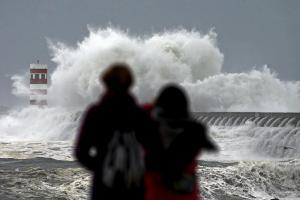 Πορτογαλία: Μια νεκρή από τους θυελλώδεις ανέμους