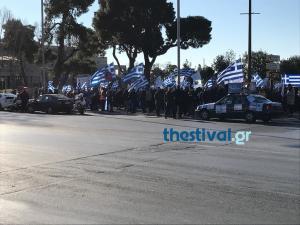 Θεσσαλονίκη: Το βιολί τους οι οπαδοί του Αρτέμη Σώρρα – Οι εικόνες μπροστά στον Λευκό Πύργο [pics, vids]