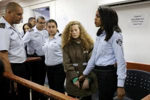 """Δώδεκα κατηγορίες στην 16χρονη Παλαιστίνια – σύμβολο που τα """"έβαλε"""" με Ισραηλινούς στρατιώτες [pics,vid]"""