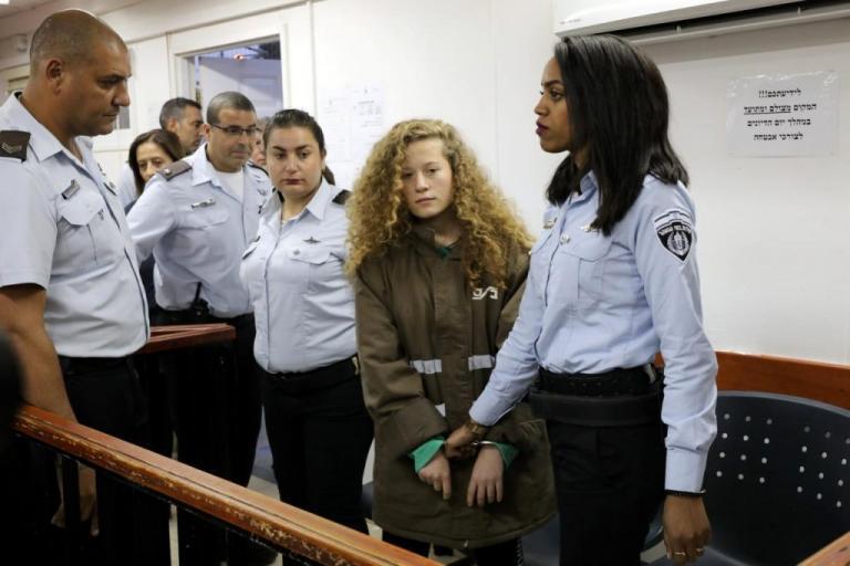 Περνά στρατοδικείο η 16χρονη Παλαιστίνια – σύμβολο που χαστούκισε Ισραηλινό στρατιώτη