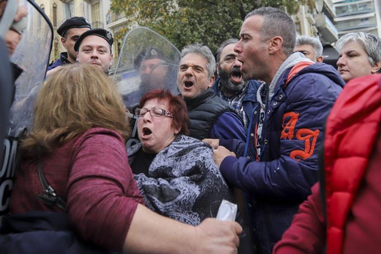 Θεσσαλονίκη: Ένταση μεταξύ συμβασιούχων και ΜΑΤ έξω από το υπ. Μακεδονίας – Θράκης [pics]