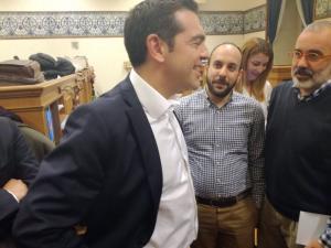 """Αλέξης Τσίπρας: Η """"παραδοσιακή"""" βόλτα του στους δημοσιογράφους για τα """"χρόνια πολλά"""""""