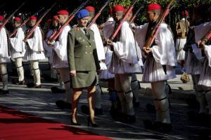 Μια ξανθιά στους τσολιάδες της Προεδρικής Φρουράς!