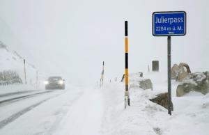 Τεράστια προβλήματα στη Δυτική Ευρώπη από το χιόνι και τους θυελλώδεις ανέμους