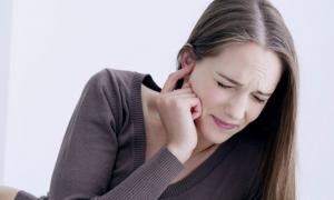 Πόνος στο αυτί: Πότε είναι ωτίτιδα και πότε απλό κρυολόγημα