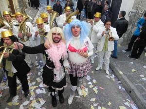 Καστοριά: Αυτοσαρκασμός και πολιτική σάτιρα στο πρώτο καρναβάλι της χρονιάς – Μουσική και μεγάλα κέφια!