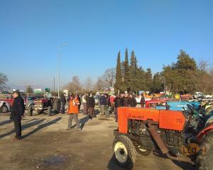 Μακεδονία: Μπλόκα αγροτών σε κομβικά σημεία – Οι εικόνες με τα τρακτέρ στους δρόμους [pics]