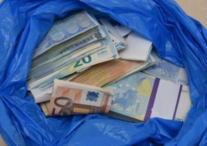 Πάτρα: Η σακούλα που έριξε από το μπαλκόνι έκρυβε 41.600 ευρώ – Στο φως η άγνωστη αλήθεια [vid]