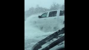 Οδηγός καταγράφει καραμπόλα 40 αυτοκινήτων σε χιονισμένο αυτοκινητόδρομο [vid]