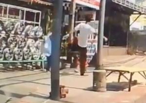 Σοκαριστικό βίντεο! Κλώτσησε παιδί στο πρόσωπο – Έκανε σαν να μη συμβαίνει τίποτα