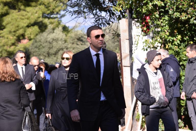 Βασίλης Κικίλιας: Με την Τζένη Μπαλατσινού στην κηδεία του Τζίμη Πανούση | Newsit.gr