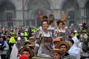 Πόρτα σε χιλιάδες τουρίστες στο Καρναβάλι της Βενετίας