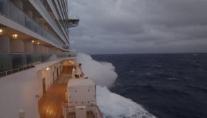 Εφιαλτικές στιγμές! Κρουαζιερόπλοιο στο έλεος «κυκλώνα – βόμβα» [vids]
