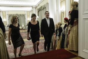 Δείπνο για τον Πρόεδρο του Ισραήλ: Το «πηγαδάκι» Τσίπρα – Μητσοτάκη και η υπέρλαμπρη Μπέτυ Μπαζιάνα