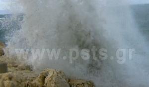 Πάρος: Τα κύματα «έπνιξαν» την Παροικιά! [vid]