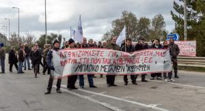 Χανιά: Αγρότες έκλεισαν την εθνική οδό – Πανό και συνθήματα κατά της κυβέρνησης [pic, vid]