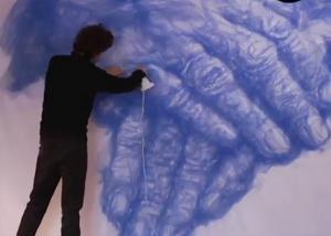 Αυτός ο καλλιτέχνης δεν χρησιμοποιεί ούτε πινέλα ούτε χρώματα για τις δημιουργίες του