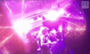 Ροζ σκάνδαλο μεγατόνων σε φιλανθρωπικό γκαλά για «ισχυρούς» άντρες [vid]