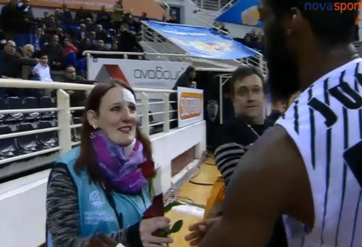 Συγγνώμη με τριαντάφυλλο από παίκτη του ΠΑΟΚ σε γυναίκα φωτορεπόρτερ!   Newsit.gr
