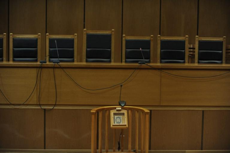 Χαλκίδα: Τσαμπουκάδες γυναίκας αστυνομικού μέσα σε δικαστήριο: «Κάτσε κάτω ρε!»