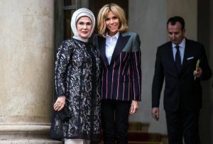Μπριζίτ Μακρόν: Με ιδιαίτερο σακάκι υποδέχτηκε την Εμινέ Ερντογάν