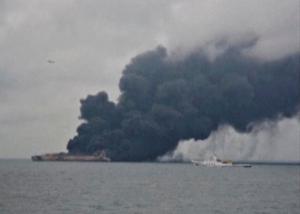 Κίνδυνος να εκραγεί το δεξαμενόπλοιο που καίγεται ανοιχτά της Σανγκάης – Βρέθηκε το πτώμα ενός ναύτη